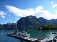 Kleiner Ort, kleiner Hafen, große Berge, große Natur, große Gletscherwanderung