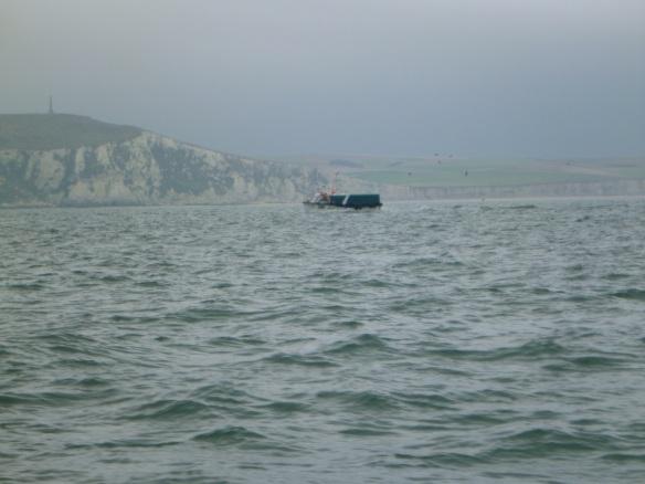 französischer Fischer vor Klippen
