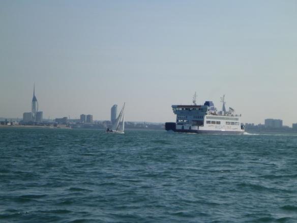 Segler vor Fähre vor Portsmouth