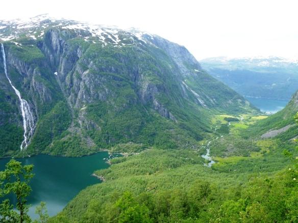 Sundal - Blick vom Berg auf den See und in den Fjord