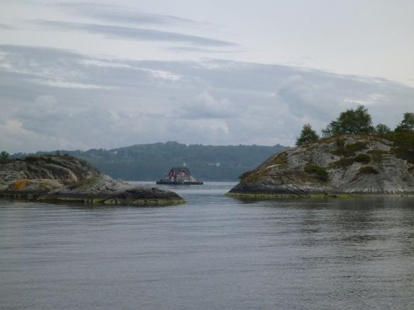 kleine Insel mit Haus zwischen Inseln