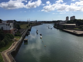 Blick von der Brücke aus Richtung Stadt in Richtung Hafen